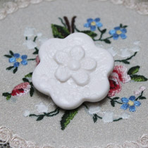 Daisy lace flower brooch