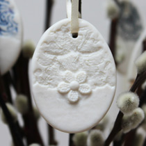 Small lace and daisy egg decoration